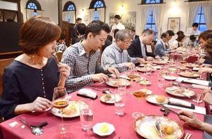 有田焼の器に盛り付けられた創作コース料理を楽しむ来場者=佐賀市のさがレトロ館