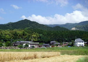 高取城・葛籠城があった城山一帯。手前の集落は鳥栖市山浦新町