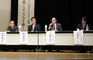 インフラの老朽化について考えたシンポジウム。松尾哲吾県建設業協会会長(右から3人目)らが意見を交わした=佐賀市のアバンセ