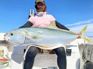 17キロのヒラマサを釣り上げた光武さん=上五島沖(提供写真)