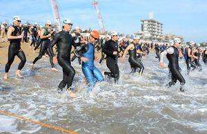 号令と同時に海に飛び込んでいく選手たち 唐津市の東の浜