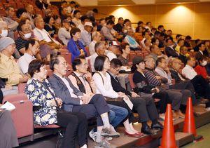 衆院選佐賀2区の立候補予定者の議論に聴き入る人たち=小城市三日月町のドゥイング三日月