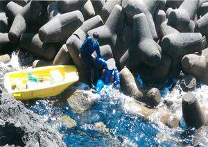 遊漁中、転落し、数時間、ボートにしがみついて漂流していた男性を救助=4月、玄海町(一部加工しています)