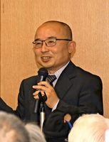 見島のカセドリの記念シンポジウムについて話す、加勢鳥保存会会長の武藤隆信さん=佐賀市立図書館
