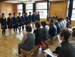 地元老人クラブのメンバー(手前)を前に、「三瀬の道」を披露する子どもたち=佐賀市の三瀬小学校