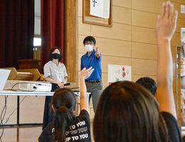 ルーンティップ・ワンパティカン・キムラさん(左奥)に質問しようと手を挙げる児童=佐賀市の兵庫小