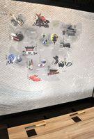 個室に取り入れられたデジタルプリントの壁紙。佐賀の名産や名所を紹介している=佐賀市松原の「うる寅」