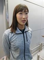 メキシコでの合宿から帰国し、報道陣の取材に応じる競泳女子の池江璃花子=13日、成田空港