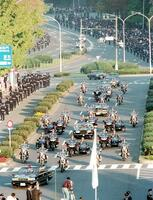 1990年11月に行われた、現上皇ご夫妻のパレード「祝賀御列の儀」=国会前