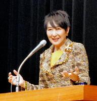 言葉や声を通したコミュニケーションの極意について語る吉川美代子さん=佐賀市文化会館大ホール