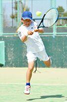 バックハンドの練習で鋭いショットを放つ高木咲來ちゃん=久留米市の新宝満川テニスコート