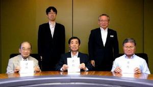 佐賀銀行社会福祉基金の陣内芳博理事長(後列右)から目録の贈呈を受けた団体の代表者(前列)