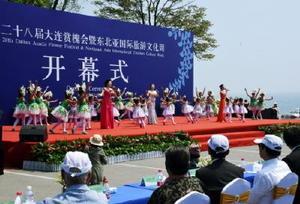 アカシアをモチーフにした衣装の子どもたちが舞い踊り、盛大に開会を祝ったアカシア祭りの開幕式
