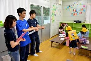 子どもたちの様子を観察する3人の作業療法士=小城市小城町の桜岡放課後児童クラブ