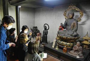 特別御開帳で公開された釈迦如来坐像(右上)と聖観世音菩薩立像(中央)=21日午前、吉野ヶ里町田手の東妙寺