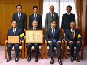表彰された「KSSP」の上野村司さん(前列左)、重松規昌さん(同左から2人目)、米重秀昭さん(同右)=佐賀市の県警本部
