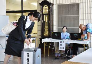 大学内に設けられた佐賀市議選の期日前投票所で1票を投じる学生=佐賀市の佐賀大本庄キャンパス