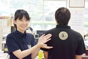 マンホールポロシャツをPRする町職員=江北町役場