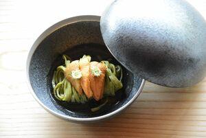 うれしの茶を練り込んだ手打ちパスタと唐津さん赤ウニを使った料理