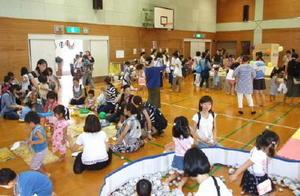 親子約240名が参加した「夏まつり」=昨年8月、鳥栖市児童センター