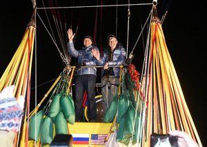 離陸直前、ガス気球から手を振るパイロットのトロイ・ブラッドレーさん(右)と副パイロットのレオニード・チュクチャエフさん=平成27年1月25日、佐賀市嘉瀬町