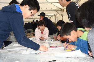 キーホルダーに色を塗る子どもたち=佐賀市の県立佐賀城本丸歴史館