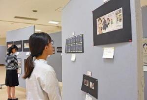 新聞広告やポスターなど79点が並ぶ「佐賀広告賞」の作品展=佐賀市白山のエスプラッツ