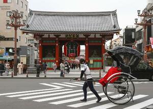 東京・浅草の雷門前を走る人力車