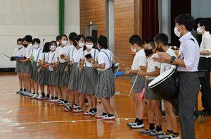 さまざまな種類の打楽器を手に取り合奏を楽しむ児童=神埼市の神埼小