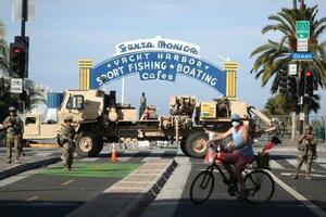 サンタモニカ埠頭の入口を封鎖するカリフォルニアの州兵=1日(ロイター=共同)