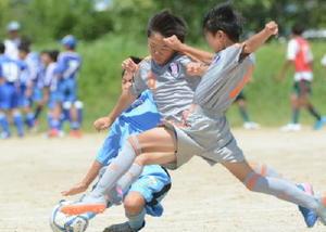 1次ラウンドaパート・FCBLAST-唐津CityFC 後半、相手からボールを奪うFCBLASTの安武真央(中央)=佐賀市の佐賀空港グラウンド