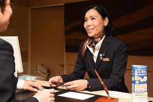 レストランサービス部門で九州初の女性技能検定委員になった秀島千鶴さん=佐賀市のホテルグランデはがくれ