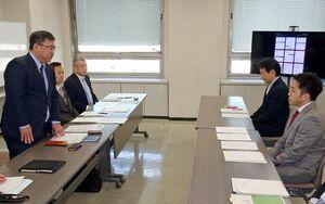 新型コロナウイルスの対策について意見交換した連合佐賀の井手会長(左手前)と佐賀県産業労働部の澤田部長(右手前)=県庁