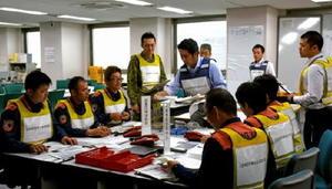 訓練で災害状況などの情報を共有する参加者=佐賀県庁