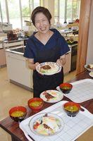 「きょうのメニューはハワイアン丼です」。中心メンバーの深川美保さん