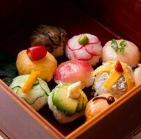 (1)手まり寿司弁当(1500円) 魚や野菜など旬の素材を使ったかわいい手まり寿司の弁当。おかずも付く。前日までに要予約 東洋館=0954(22)2191