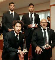 神戸市スポーツ特別賞を受賞した、ラグビーの(前列左から時計回りに)山中亮平、ラファエレ・ティモシー、アタアタ・モエアキオラ、中島イシレリの各選手=9日