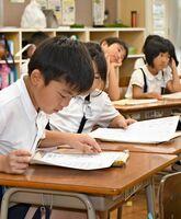 新学期が始まり、わくわくした表情の児童=佐賀市の西川副小