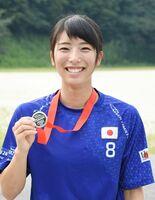 銀メダルを手にし、笑顔を見せる中山侑香さん=神埼市の西九州大