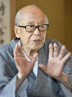 インタビューに答える俳人の金子兜太さん=2016年7月、埼玉県熊谷市