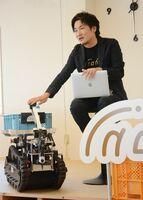 アスパラを自動で収穫するロボットを紹介するinahoの菱木豊代表=鹿島市