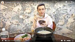 動画配信で、嬉野温泉の湯豆腐を味わう人気ユーチューバーのアルトゥルさん