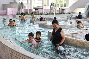 7月にオープンした「タクア」。猛暑の影響で、目玉のプールには多くの家族連れが訪れた=多久市北多久町
