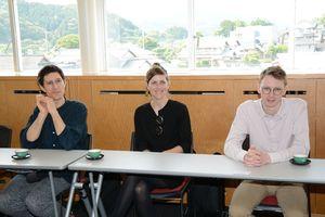 有田町での制作活動を語る(左から)ベイラ-さん、グンターさん、ハッフマンさん=有田町役場