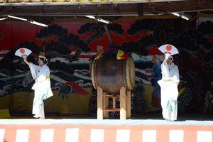 白装束に黒の烏帽子姿で舞う子どもたち=伊万里市南波多町の愛宕権現神社