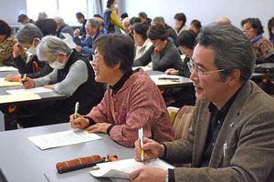 講義を体験する参加者=佐賀市のアバンセ