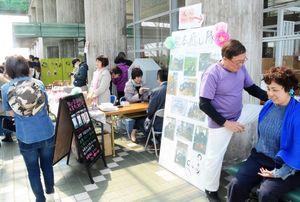 就労継続支援の利用者が制作した作品を並べ、熊本地震復興への支援を呼び掛けた=佐賀市の諸富体育館ハートフル
