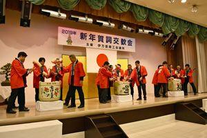 伊万里商工会議所の賀詞交歓会で鏡開きをする参加者=伊万里市の伊万里迎賓館