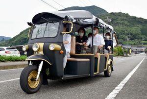 自動三輪車「トゥクトゥク」に試乗する関係者=嬉野市嬉野町