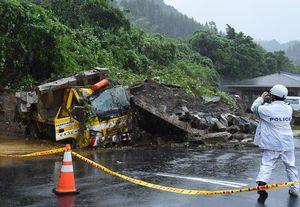 土砂崩れに巻き込まれた車。乗っていた2人が搬送された=6日午後1時35分、唐津市厳木町の道の駅「厳木」